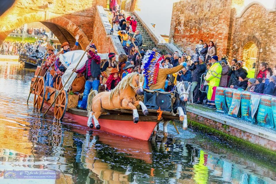 Carnevale sull'acqua: domenica 24 febbraio e 3 marzo torna a Comacchio la parata di barche allegoriche organizzata dalla cooperativa sociale Girogirotondo