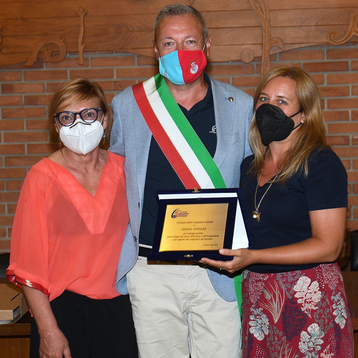 L'Alleanza delle Cooperative Pesca consegna una targa al sindaco di Goro Diego Viviani